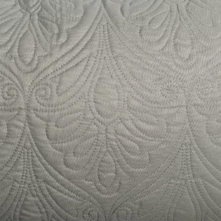 Varrással díszített párna -Szürkés- khaki színben